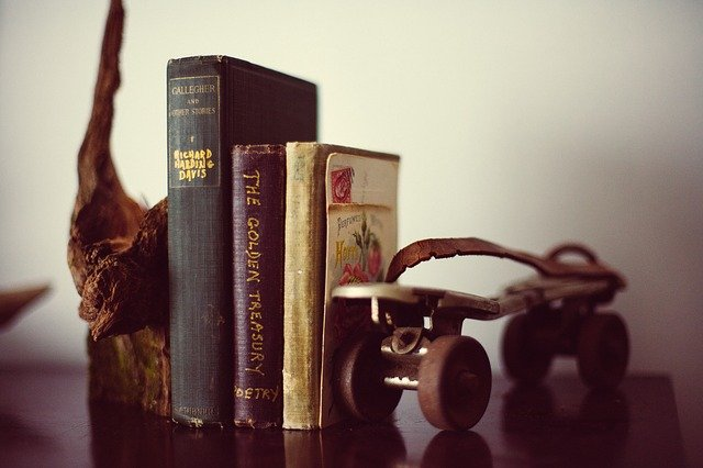 starožitné knihy a dekorace