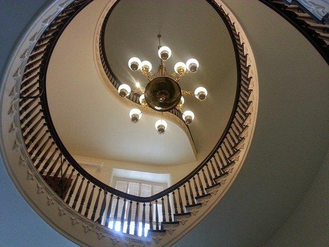 točité schodiště a lustr