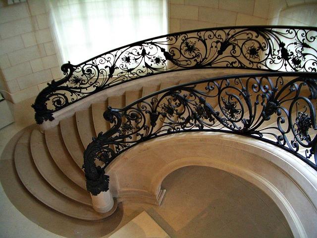 schodiště s ozdobným zábradlím