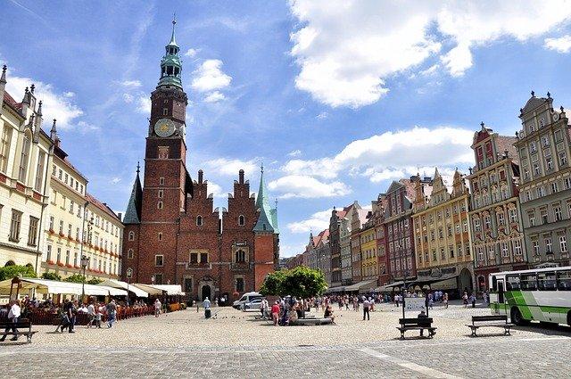 náměstí s kostelem
