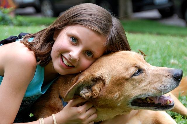 dívka s obětí se psem