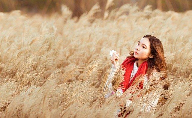 dívka s červeným šátkem