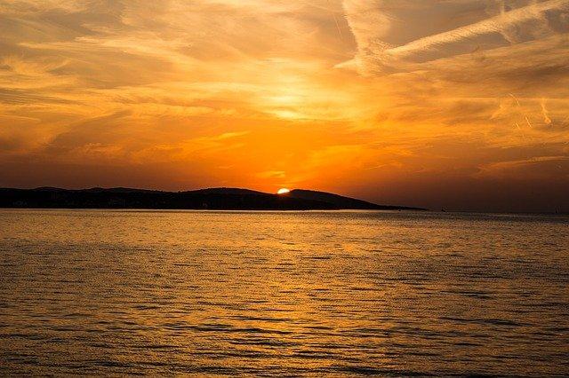 západ slunce za mořem.jpg