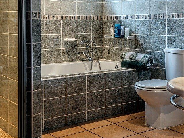 šedá koupelna
