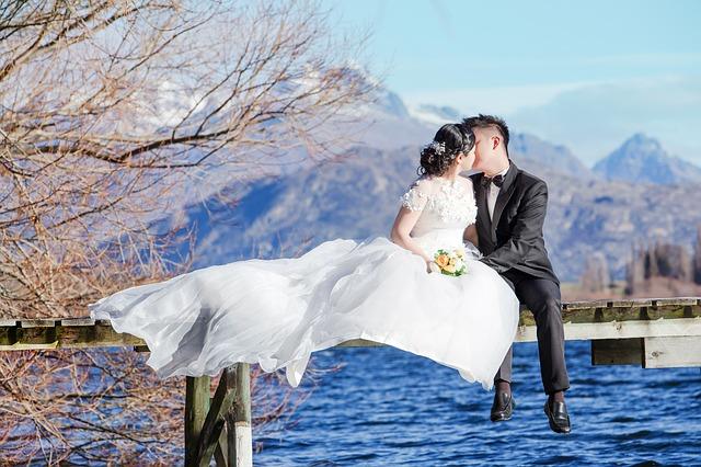 novomanželé na lávce