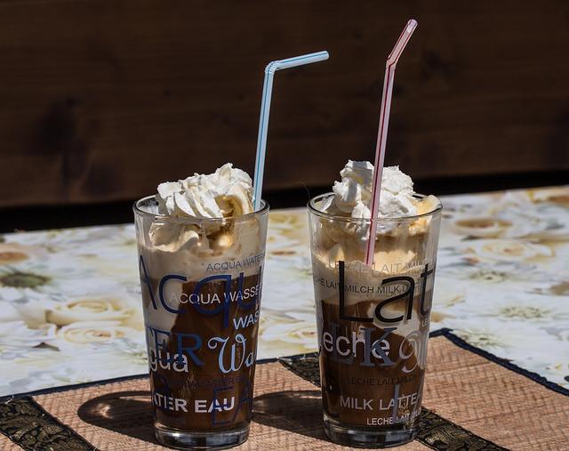 ledová káva s brčkem