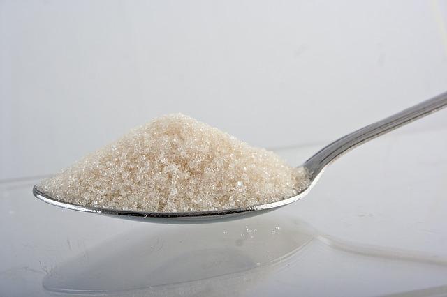 lžička plná bílého krystalového cukru.jpg