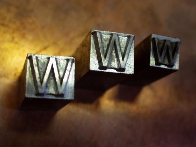 www každé písmeno na svém stříbrném podkladu ve formě jakési kostky