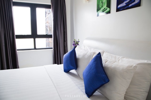 modré polštáře, okno