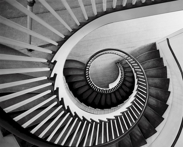 schody černobílá spirála.jpg