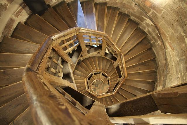 dřevěné točité schodiště.jpg