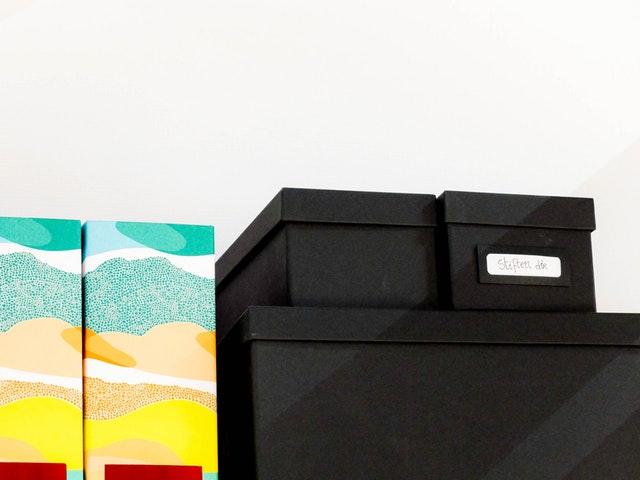 černé a barevné úložné krabice.jpg