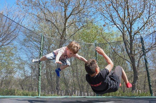děti skákající na trampolíně